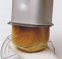 将面包从面包机桶内取出