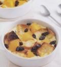 散发着水果香气的黄桃葡萄干面包布丁